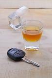 Verre à liqueur avec des clés de voiture Images stock