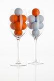 Verre à vin avec des boules de golf Image libre de droits