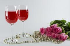 Verre à vin avec des roses Photos libres de droits