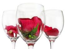 Verre à vin avec la fleur rose Photos libres de droits