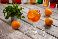 Verre à vin avec le cocktail orange photo libre de droits
