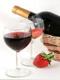 Verre à vin avec le vin rouge et la fraise Images stock