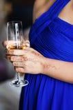 Verre à vin chez des mains de la femme Images libres de droits