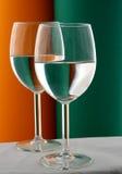 Verre à vin dans vert et l'orange Image stock