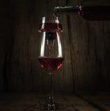 Verre à vin de bouteille de vin Photographie stock libre de droits