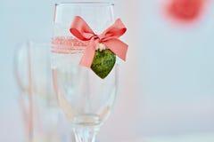 Verre à vin de mariage dedans sur la table dans la couleur de corail photographie stock libre de droits