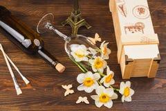Verre à vin et bouteille avec les fleurs et les papillons décoratifs Photographie stock