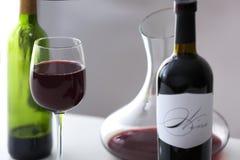 Verre à vin et bouteilles de vin rouge Photos stock