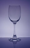 verre à vin et fond pourprés Photos libres de droits