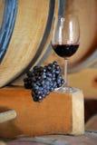 Verre à vin et raisins sur un baril photos stock