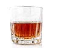 Verre avec de l'alcool sur un fond blanc image stock