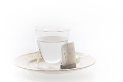 Verre avec de l'eau chaude et le thé Image stock
