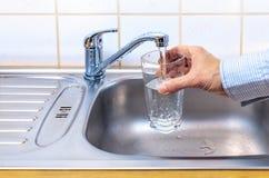 Verre avec de l'eau l'eau du robinet image libre de droits