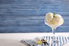 Verre avec de la glace à la vanille délicieuse Photos stock