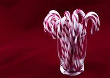 Verre avec des cannes de sucrerie de Noël Photo stock