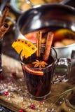 Verre avec du vin chaud avec des épices pour waming des jours d'hiver Photo stock