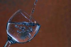 Verre avec l'eau et des bulles Image libre de droits