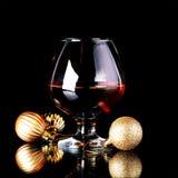 Verre avec la boisson et les boules de Noël Image libre de droits