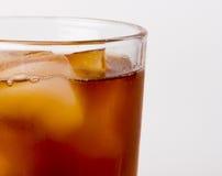 Verre avec le thé de glace complètement avec des glaçons Images stock