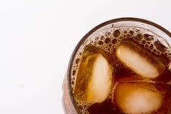 Verre avec le thé de glace complètement avec des glaçons Photographie stock libre de droits