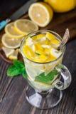Verre avec le thé de menthe et de citron Photographie stock libre de droits