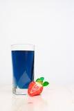 Verre avec le thé et les fraises thaïlandais bleus froids Images libres de droits