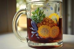 Verre avec le thé sur le rebord de fenêtre photos stock