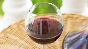Verre avec le vin rouge et le Crystal Decanter sur le Tableau en osier dans la terrasse de jardin de la villa ou du manoir luxueu images stock