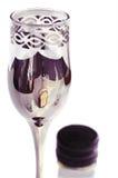 Verre avec une bouteille de cognac reflétée Photographie stock libre de droits