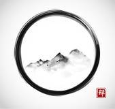 Verre bergen in mist in zwarte enso zen cirkel Traditionele oosterse inkt die sumi-e, u-zonde, gaan-hua schilderen Hiëroglief - z royalty-vrije illustratie