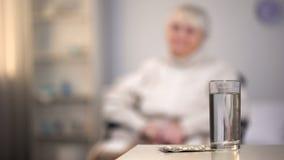 Verre blanc de pilule et d'eau sur la table, prescription m?dicale, suppl?ments de vitamine photographie stock libre de droits