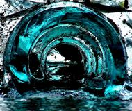 Verre bleu dans l'eau Photographie stock