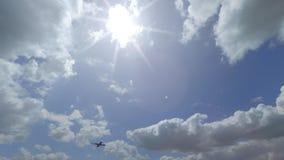 Verre Boing 787 die over mooie bewolkte hemel vliegen 4K zonnige weer panvideo stock video