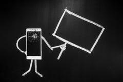 Verre cassé de smartphone en tant que personne sur le fond noir avec le panneau d'affichage pour le texte écrit par la craie Images stock