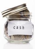Verre clair avec l'argent liquide au-dessus du fond blanc Image stock