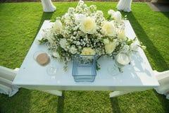 Verre clair avec le sable à l'intérieur dans la cérémonie de mariage de sable Photos stock