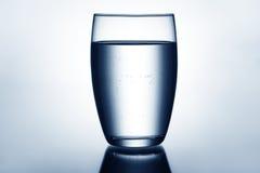 Verre clair et plein de l'eau Photographie stock libre de droits