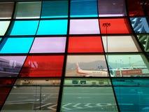 Verre coloré dans l'aéroport international baoan de Shenzhen Image libre de droits
