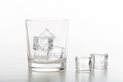 Verre cristal de whiskey et de glace sur le fond blanc photos libres de droits