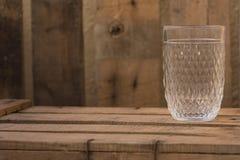 Verre cristal rococo sur une table en bois Photos libres de droits