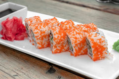 Verre délicieux frais de saké de sushi de maki et de nigiri photos libres de droits