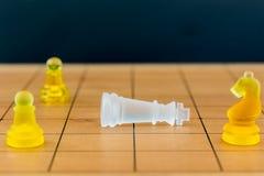Verre d'échecs sur un échiquier en bois Images libres de droits