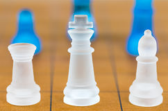 Verre d'échecs sur un échiquier en bois Image libre de droits