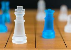 Verre d'échecs sur un échiquier en bois Image stock