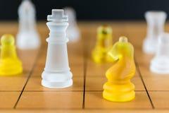 Verre d'échecs sur un échiquier en bois Photos libres de droits
