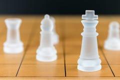 Verre d'échecs sur un échiquier en bois Photographie stock