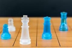 Verre d'échecs sur un échiquier en bois Photographie stock libre de droits