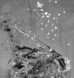 Verre d'éclaboussement de l'eau Photos stock