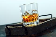 Verre d'écossais et glace dans un plateau Image stock