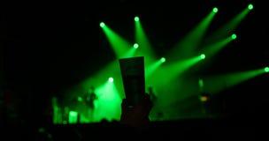 Verre d'alcool dans une discothèque photographie stock